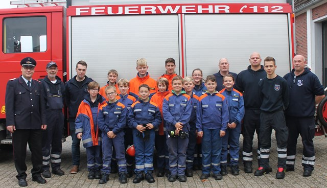 Gruppenfoto zeigt, die Mitglieder der Jugendfeuerwehr, die Jugendwarte mit vierter von  rechts Stadtjugendfeuerwehrwart Ewald Freese und links Stadtbrandmeister Jörg Fisser.